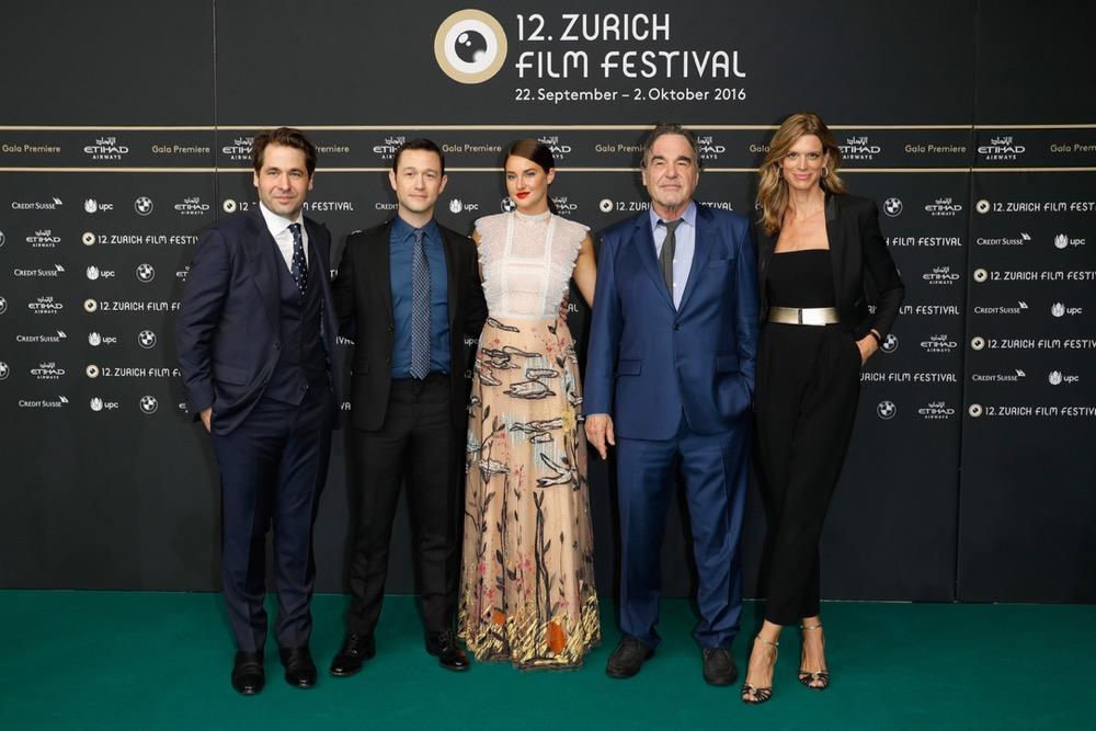Karl Spoerri, Joseph Gordon-Levitt, Shailene Woodley, Oliver Stone und Nadja Schildknecht bei der Gala Premiere von SNOWDEN, 2016