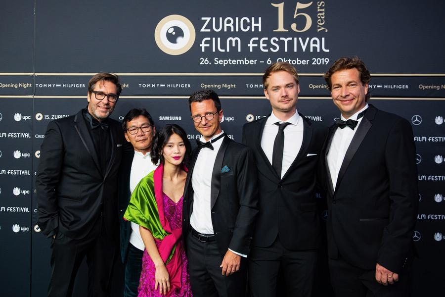 Niklaus Hilber, Nick Kelesau, Elizabeth Ballang, Valentin Greutert, Sven Schelker, Philip Delaquis (v.l.n.r.)