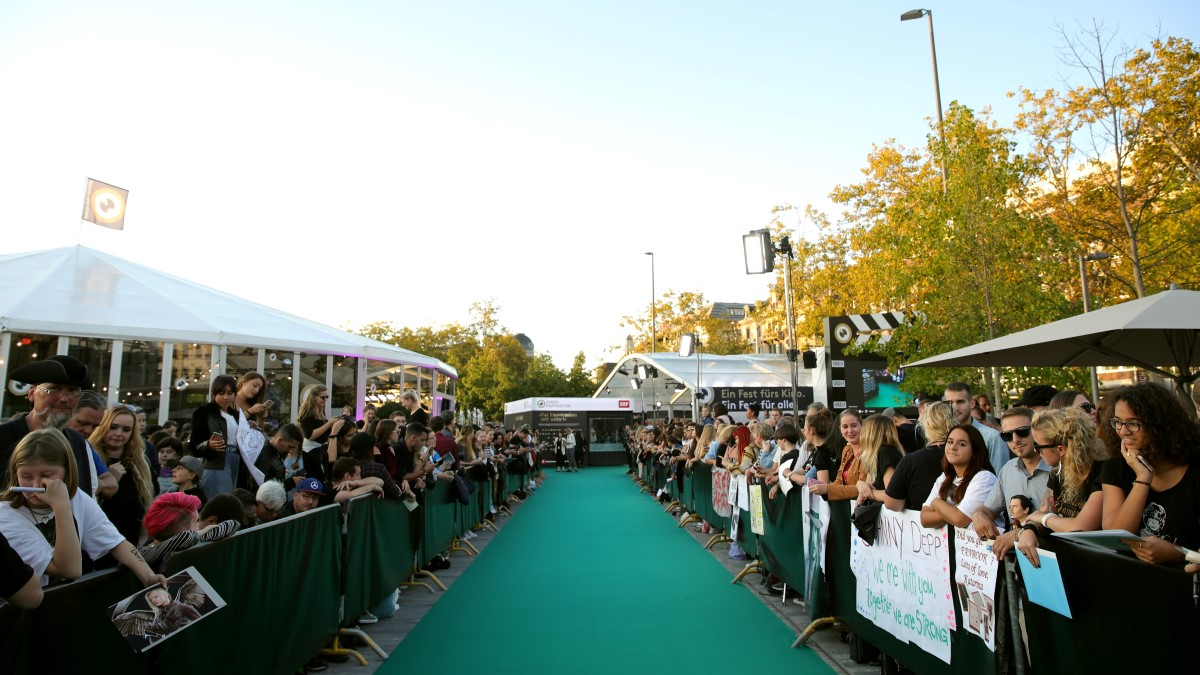 Fans warten am grünen Teppich auf die Ankunft von Johnny Depp (2018)